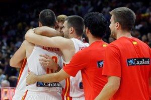 Los jugadores de la selección celebran el triunfo ante Serbia en el partido de Wuhan