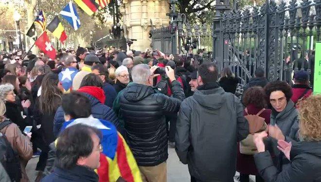Los manifestantes del paseo de Pujades acceden al recinto del Parlament tras romper la cadena de lapuerta de la Ciutadella.