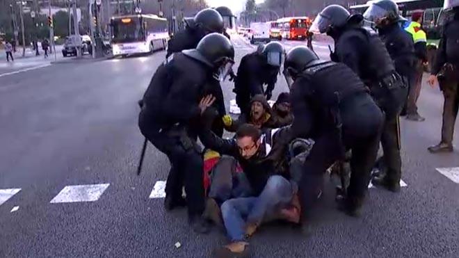 Los Mossos desalojan a los manifestantes que cortaban la Diagonal durante la huelga del 21-F.