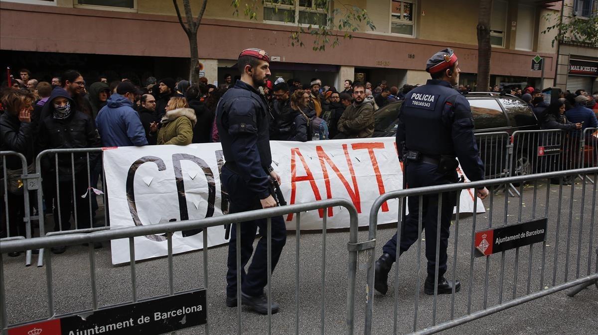 Los Mossos presentes ante la sede de la CUP, para evitar confrontaciones.
