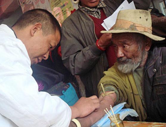 Un doctor haciendo un análisis a un tibetano