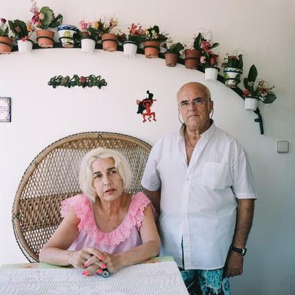 Una de las familias que conforman el barrio de Mas Sauró