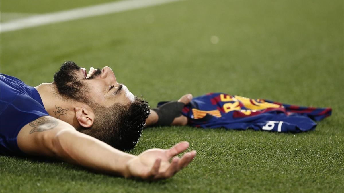 Luis suárez yace agotado en el suelo tras marcar el 1-0.