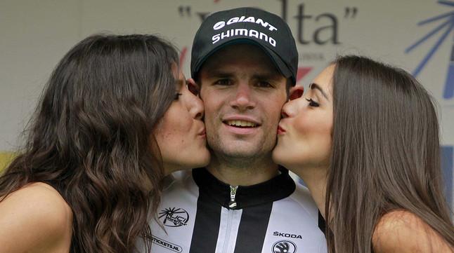 Luka Mezgec, del Giant Shimano, al podi de Girona, després de la seva segona victòria consecutiva a la Volta.