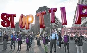 Manifestación contra los acuerdos comerciales internacionales y de inversión como el TTIP y el CETA, en Bruselas, el 20 de septiembre 2016.