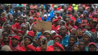 Dos granjeros blancos encierran en un ataúd a un hombre negro en Sudáfrica, amenazan con prenderle fuego y lo graban en vídeo