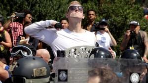 Un manifestante supremacista blanco hace un gesto amenazador, en Charlottesville, el 12 de agosto.