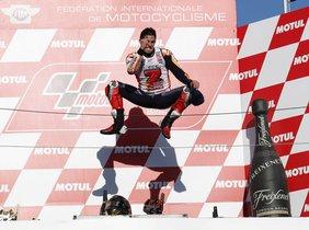 Marc Márquez celebra en el podio de Motegi el título de campeón del mundo.