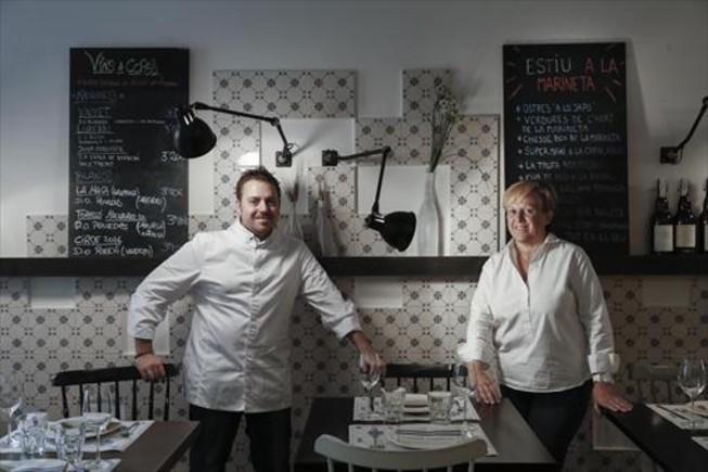 El chef Pere Patuel, con su madre, Marina Codina, que lleva la sala de La Marineta.