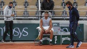 Maymó, Nadal y Moyà durante un entrenamiento del mallorquín en las pistas de Roland Garros.