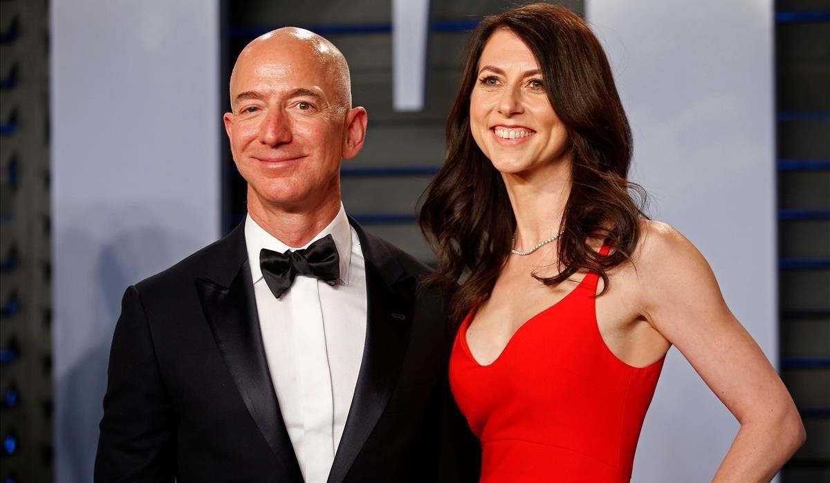 Mackenzie Tutlle, junto a su exmarido Jeff Bezos en Beverly Hills.