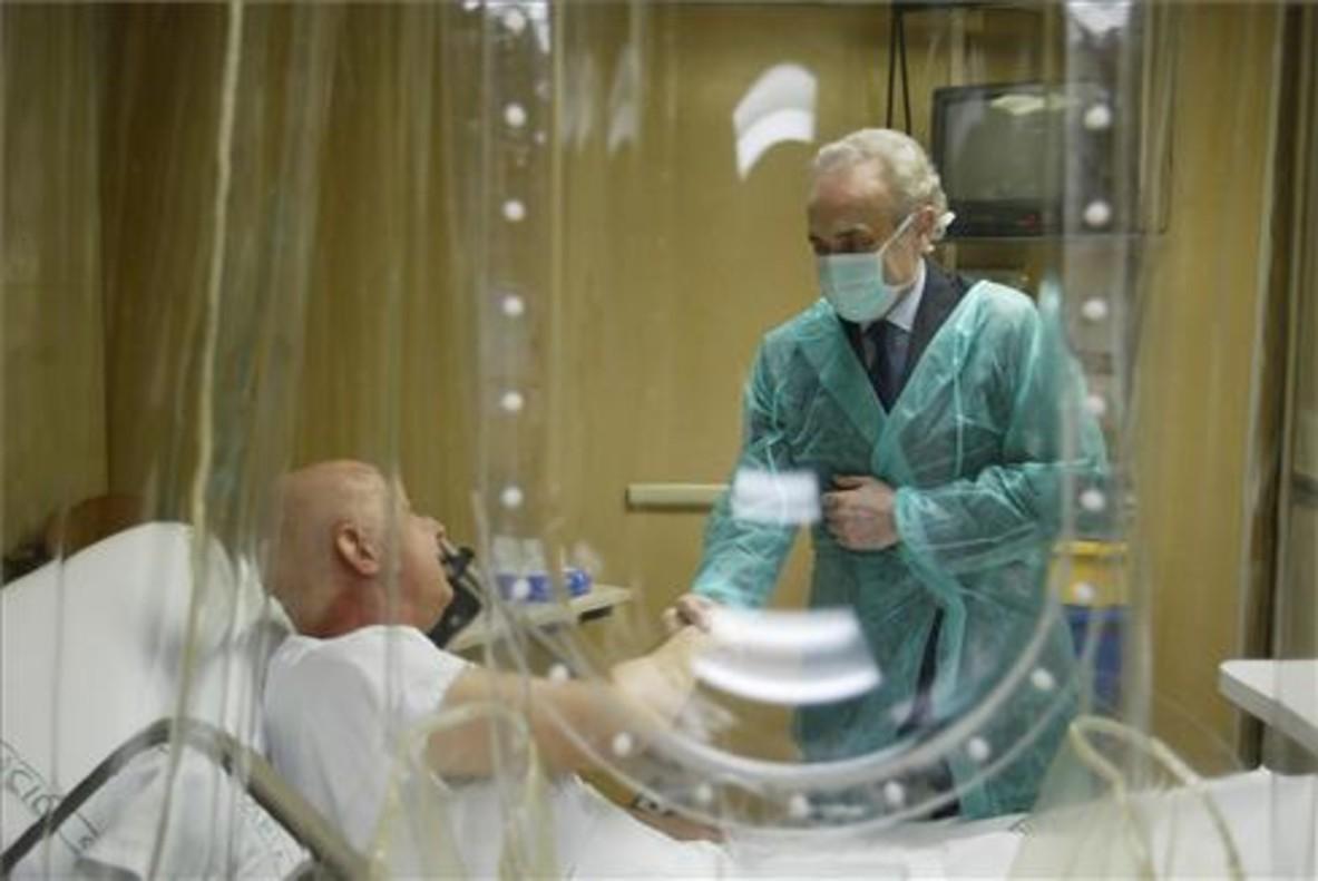 Imagen de archivo de la presentación de una campaña de donaciones de médula ósea de la Fundació Josep Carreras. En la foto,el tenor, en la sala de trasplantes del Hospital Clínic junto a un paciente.