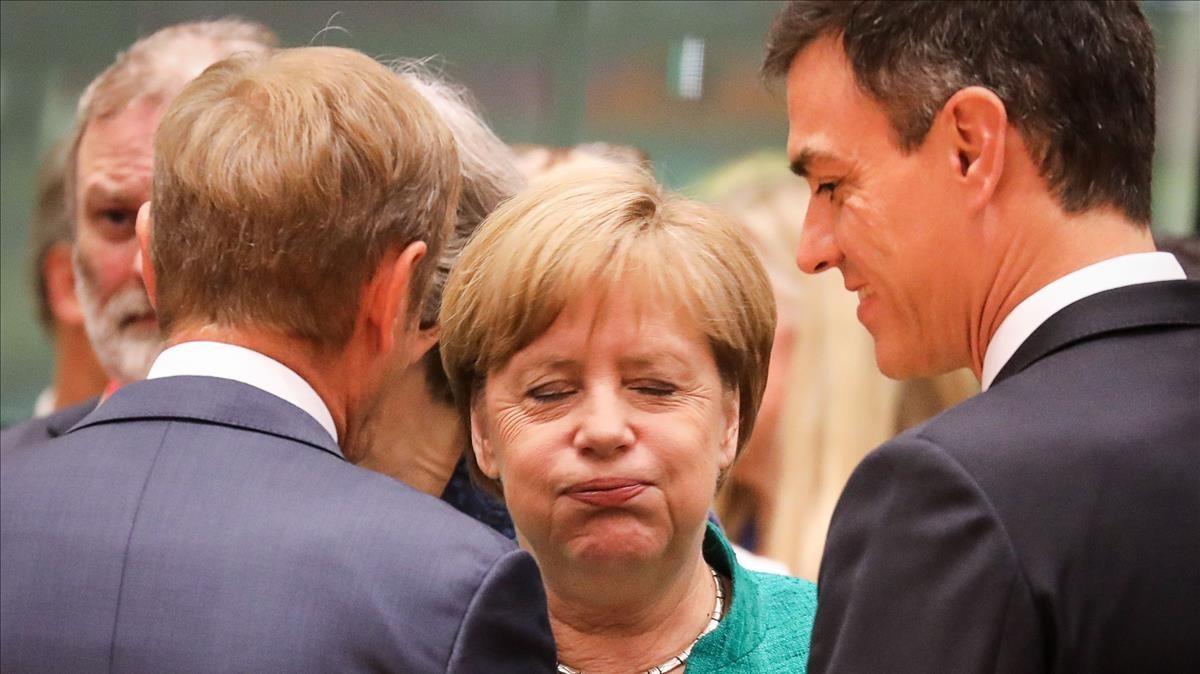 Angela Merkel conversa con Donald Tusk y Pedro Sánchez, hoy en Bruselas.