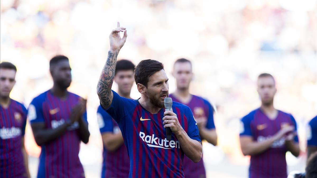 Messi se dirige a los aficionados en los prolegómenos del trofeo Joan Gamper.