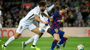 Messi, perseguido por German Sánchez y Yan Eteki.