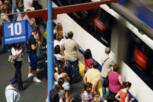Personas esperando en uno de los andenes de Metro de Madrid.