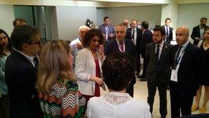 La ministra de Hacienda, María Jesús Montero, en la sala VIP de la Fira junto al presidente del SIL, Pere Navarro, y el vicepresidente del Govern, Pere Aragonés (segundo por la derecha).