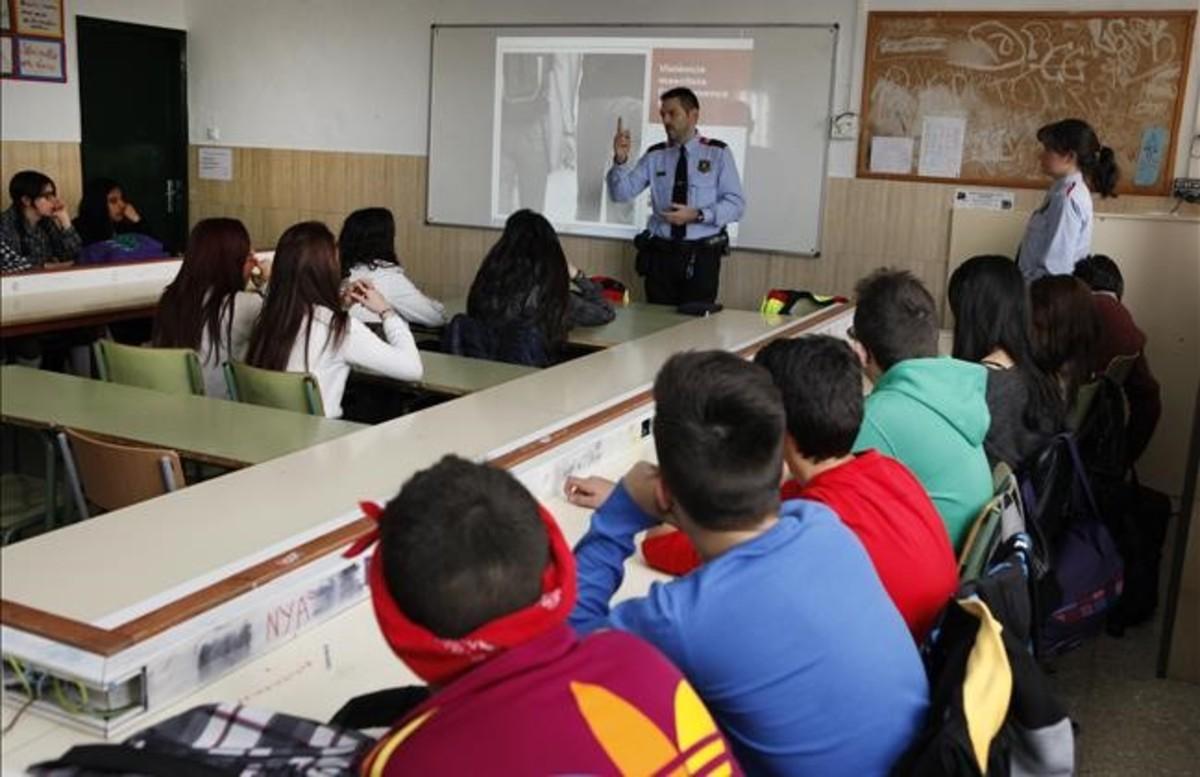 Dos agentes de los Mossos dEsquadra imparten una charla sobre violencia de genero a alumnos del instituto de Mollet del Vallès.