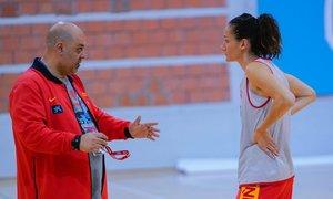 Mondelo dialoga con Laia Palau en un entrenamiento de la selección española.