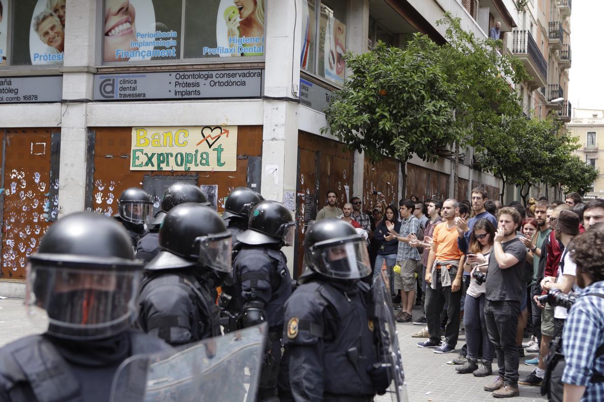 Mossos a las puertas del 'banco expropiado'.