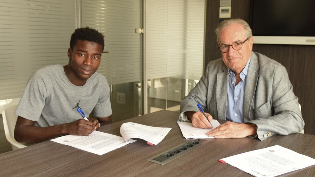 Moussa Wague posa con Silvio Elías tras la firma.