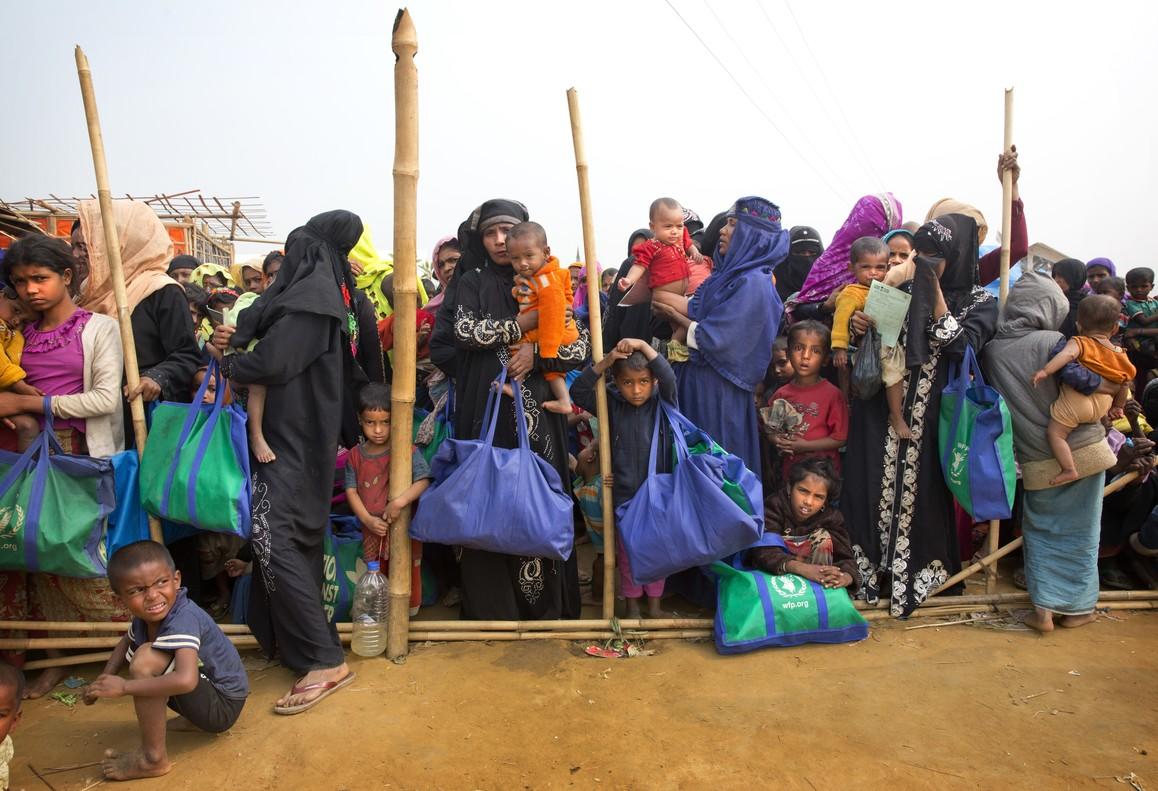 Mujeres rohinyás en un campo de refugiados en Bangladés.