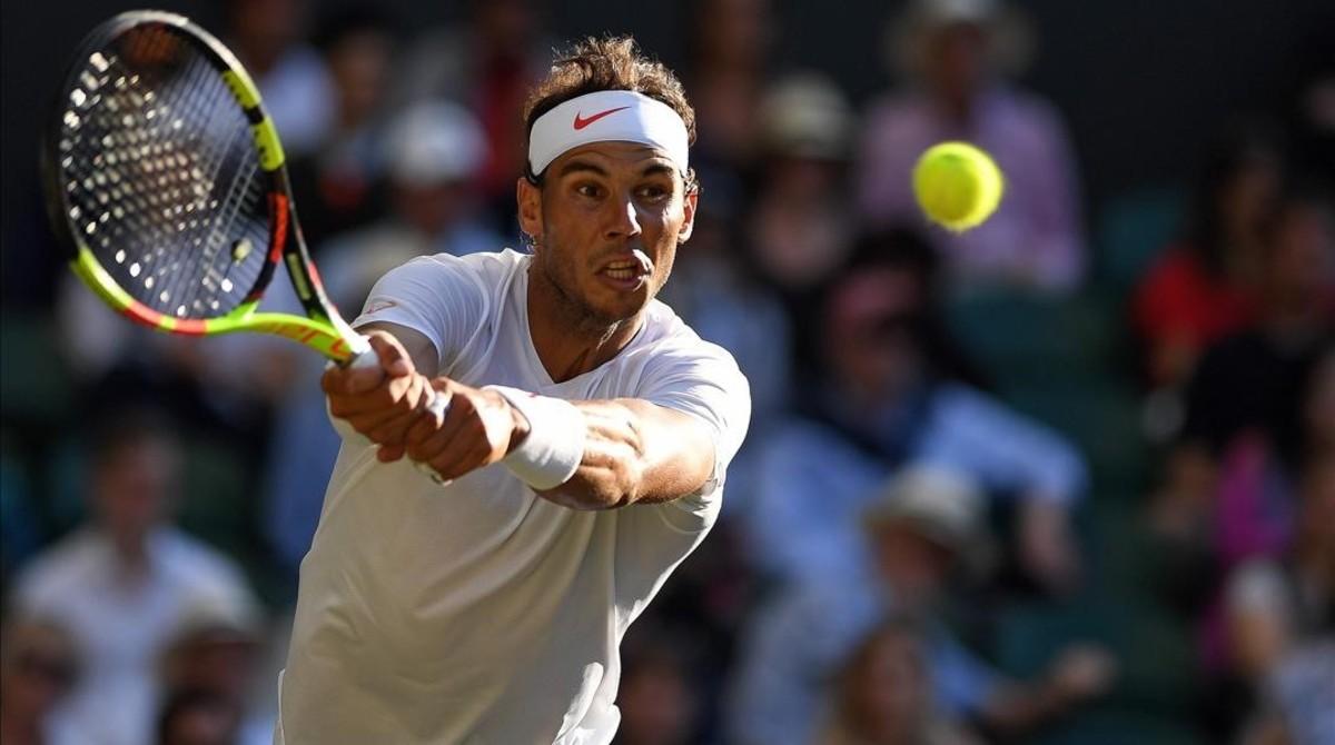 Nadal golpea un revés ante Del Potro en Wimbledon.