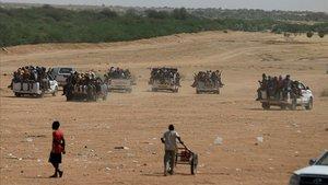 Varios vehículos esperan la llegada de tropas de Níger para ser escoltados.