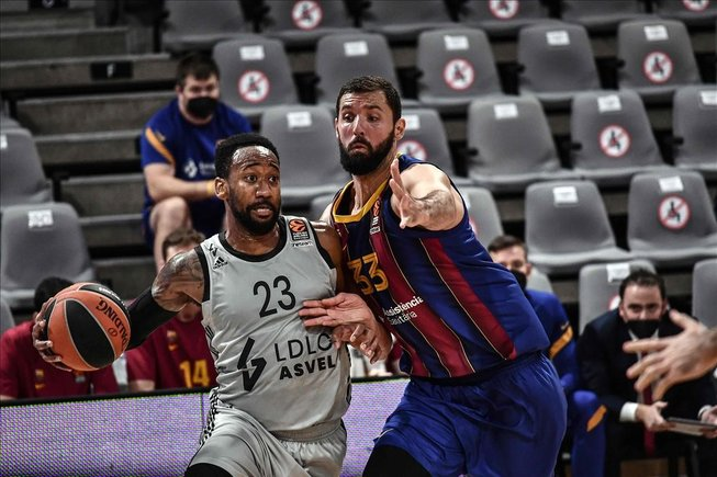 Nikola Mirotic intneta frenar la acción de David Lighty, uno de los destacados del Asvel