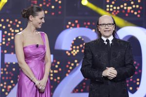 Eva González y Santiago Segura, presentadores del especial ¡Feliz 2017!, en TVE-1.
