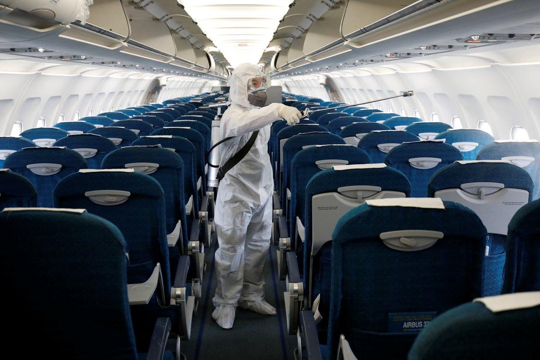 Un operario desinfecta un avión de Vietnam Airlines como prevención ante el coronavirus.