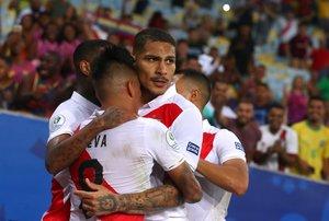 Paolo Guerrero es rodeado por sus compañeros tras anotar el gol del empate ante Bolivia.