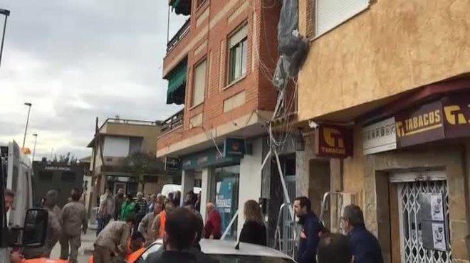 Un militar y paracaidistainconsciente se salva al acabar colgado de una antena, en Alcantarilla.