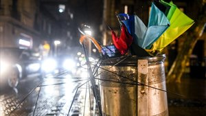Paraguas inservibles en Barcelona al paso del temporal Gloria