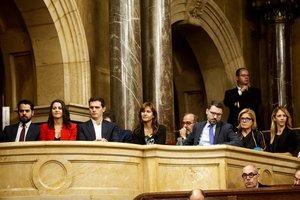 GRAFCAT4579. BARCELONA, 07/10/2019.- Los líderes de Ciudadanos, Inés Arrimadas (2i) y Albert Rivera (3i), acompañados por la diputada de JxCat al Congreso, Laura Borrás (4i) y la portavoz del PP en el Congreso de los Diputados, Cayetana Álvarez de Toledo (d), presenciaron desde la tribuna de invitados el debate de la moción de censura impulsada por Ciudadanos contra el presidente de la Generalitat, Quim Torra. EFE/Toni Albir
