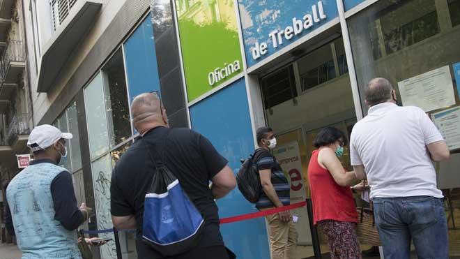 El paro sube en octubre en 49.558 personas, su menor subida desde 2016. En la foto, personas sin empleo hacen cola en una oficina del SEPE en Barcelona para ser atendidas.