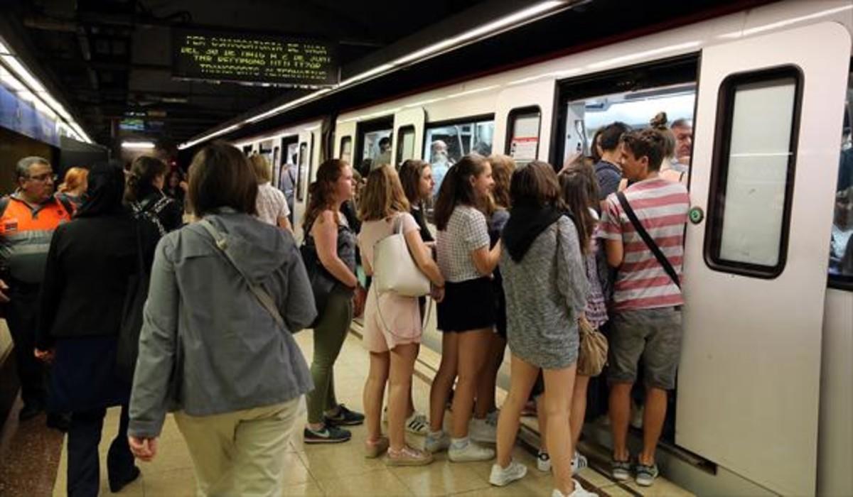 Pasajeros del metro intentan entrar en un vagón abarrotado esta semana.