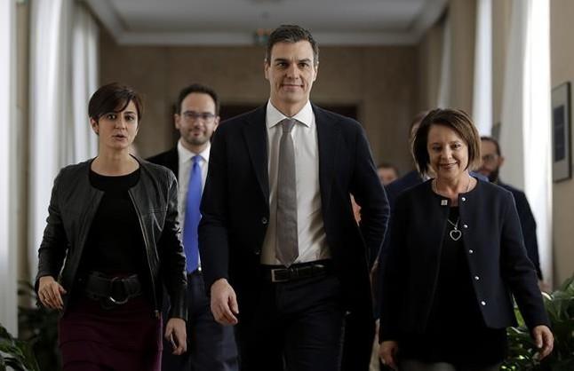 Pedro Sánchez se dirige a la reunión de los parlamentarios socialistas, este miércoles en el Congreso.