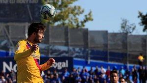 Piqué despeja un balón con la cabeza en el Getafe-Barça.