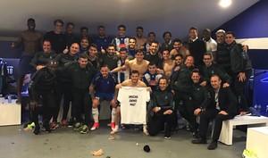 La plantilla del Espanyol brinda el triunfo ante el Betis al lesionado Óscar Duarte.