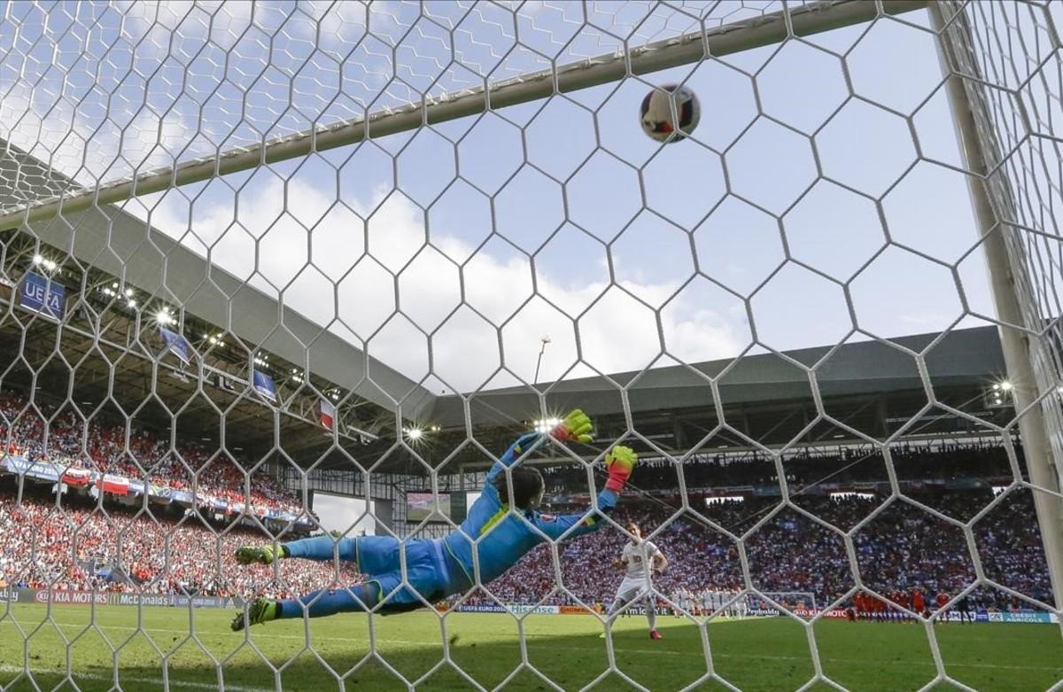 El polaco, Grzegorz Krychowiak, anota el penalti de la victoria frente a Suiza.