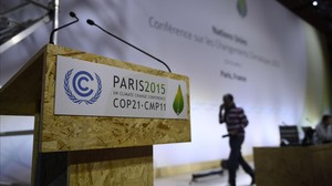 Preparativos para el buen funcionamiento de la cumbre del clima en el salón plenario del recinto ferial de Le Bourget, en París.