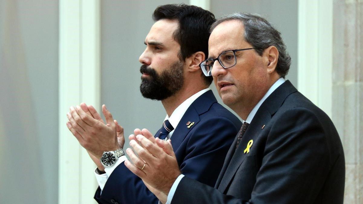 El president de la Generalitat, Quim Torra y el president del Parlament, Roger Torrent, durante su comparecencia en el Parlament.