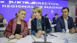 La presidenta del PP de Madrid, Esperanza Aguirre, y otros dirigentes del partido conservador, este viernes en la junta directiva regional.