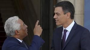 El presidente del Gobierno, Pedro Sánchez, conversa con el primer ministro portugués, Antonio Costa.