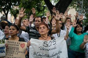 Un grupo de personas participan en una manifestación frente al Hospital de Ninos, José Manuel de los Ríos, por falta de trasplantes y tratamientos médicos en Caracas.