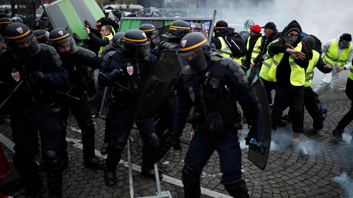 Los chalecos amarillos se enfrentan a la policía en los Campos Eliseos.