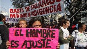 Personas en Argentina protestan por la grave crisis económica.