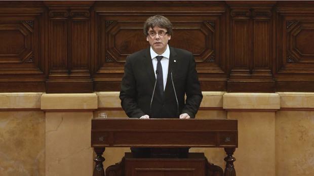 Puigdemont proclama la Repúblicai proposa al Parlament que la suspengui.