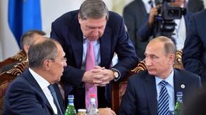 Putin (derecha), el ministro ruso de Exteriores, Serguéi Lavrov (izquierda), y un asistente del presidente, Iuri Ushakov, en una reunión en Ereván (Armenia), este viernes.